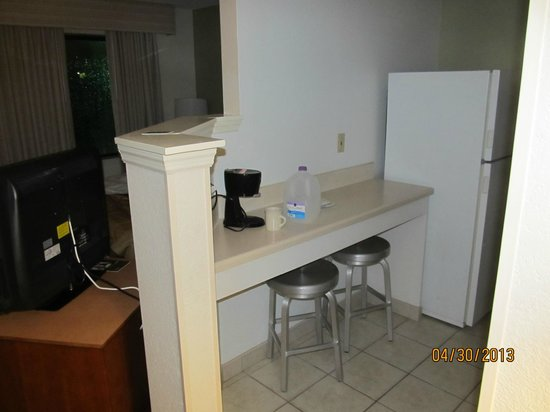 Extended Stay America - Tampa - Airport - Memorial Hwy.: Counter work area in kitchen