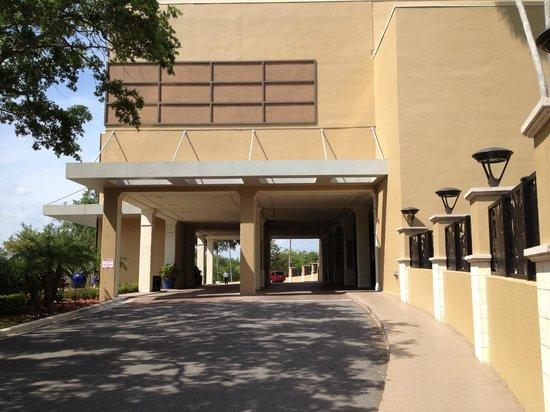 Wyndham Lake Buena Vista Disney Springs Resort Area: Hoteleinfahrt