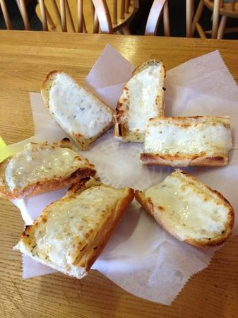 George's Pizza House: yummy garlic bread