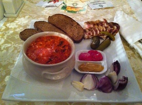 Cafe Champagne: украинский борщ с салом и луком
