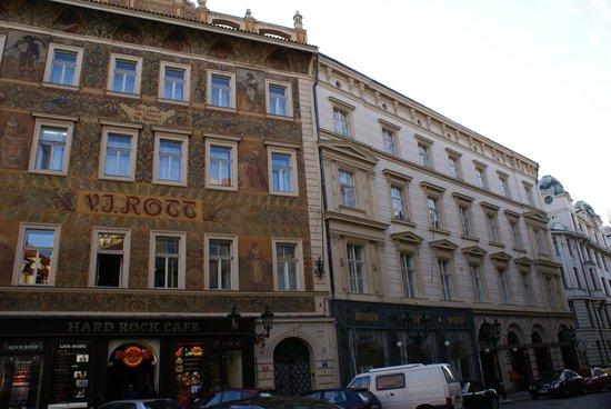 Hotel Rott: Boven het Hard Rock cafe, maar geen last van gehad