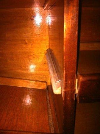 Residence Garden: The wardrobe shelf collapsed !
