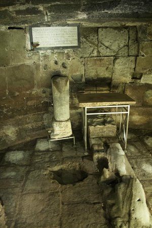 Carcere Mamertino: The Lower chamber in Mamertine prison showing the Spring in the floor