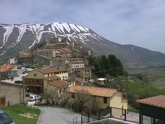 Monte Veletta: anche questo era il panorama dalla nostra stanza sulla sinistra..