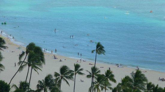 Hilton Grand Vacations at Hilton Hawaiian Village: View between buildings