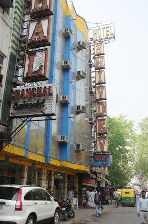 Hotel Shiv Dev International: Фасад