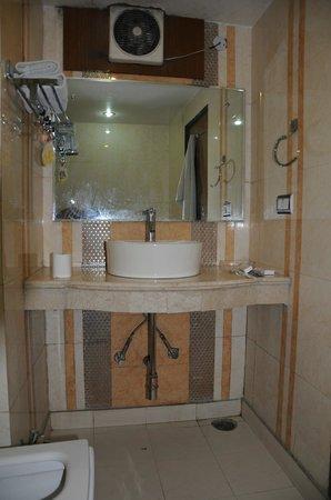 Hotel Shiv Dev International: Туалет