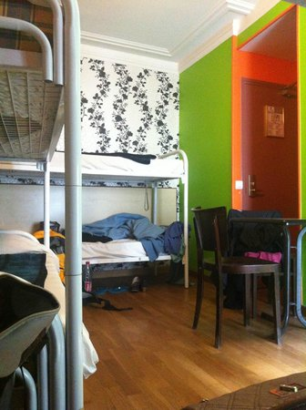 Caulaincourt Square Hostel: Room for 6