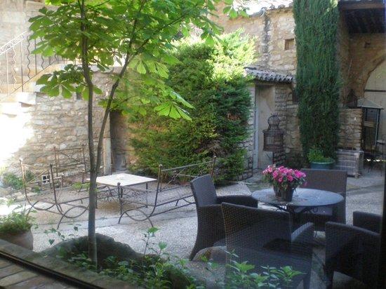Hostellerie le Roy Soleil : Patio Petit-déjeuner
