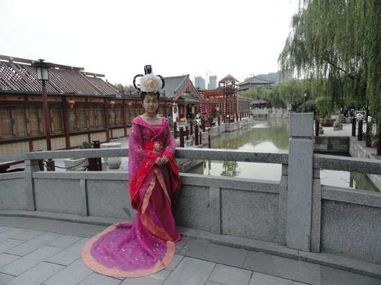 Tang Paradise : Trying on Tang Dynasty outfit