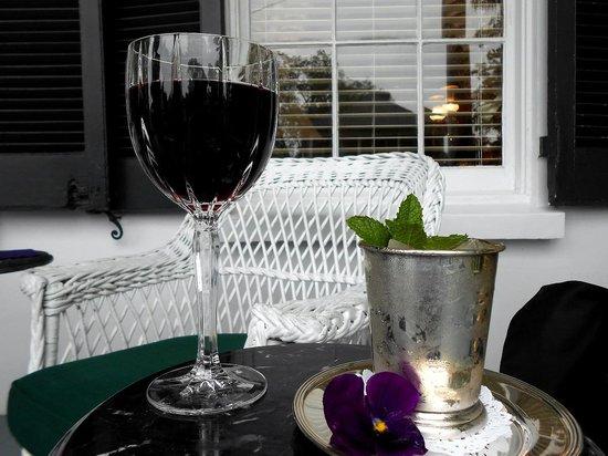 Historic Oak Hill Inn: Complimentary wine and mint julip.