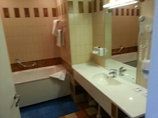 Neptun Hotel: Bathroom in a suite