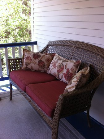 Copper Beech Manor Bed and Breakfast: Small porch overlooking the garden
