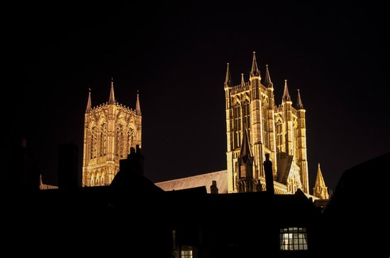 Cathedral View Guest House: View from our car park by night
