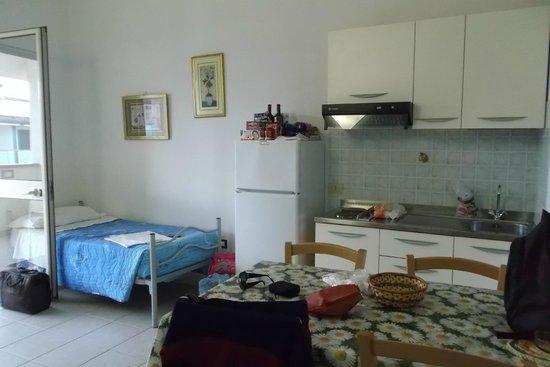 Residence Long Beach : Soggiorno con angolo cottura e lettini