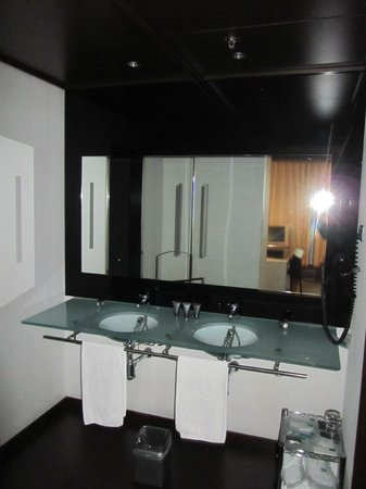 AC Hotel Porto: Nice bath