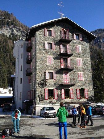 Hotel Monte Cervino: Taken from parking lot