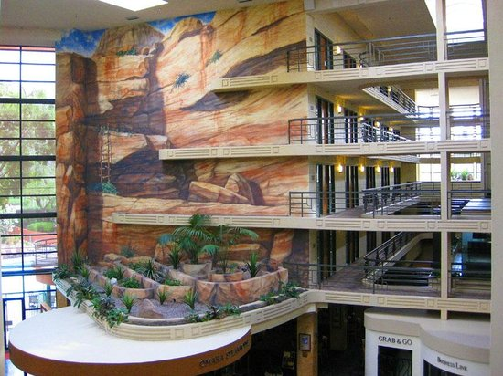 Embassy Suites by Hilton Hotel Phoenix Biltmore: Southwestern colors used throughout