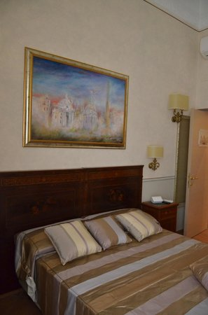 La Papessa: DOUBLE ROOM QUEEN BED AT VIA DELLE CONVERTITE 5