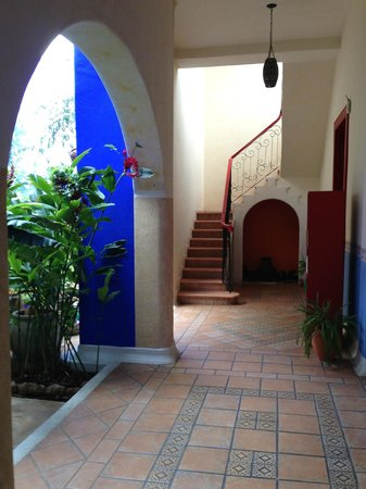 Hotel Medio Mundo: courtyard walkways