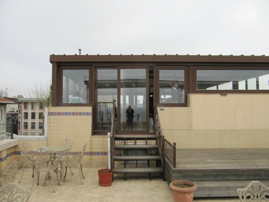 Hotel Fehmi Bey: De ontbijtzaal met als het weer het toelaat, het dakterras.