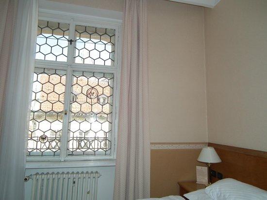 Rott Hotel: Camera piccola senza tende oscuranti!