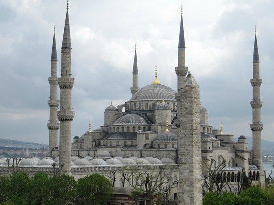 Hotel Fehmi Bey: Je kijkt vanaf het dakterras op een Moskee.