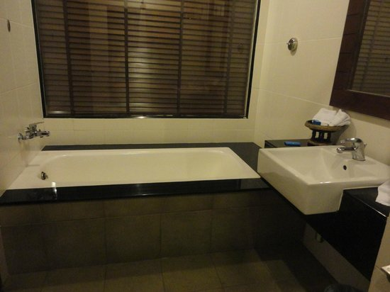 Access Resort & Villas: Bath tub!