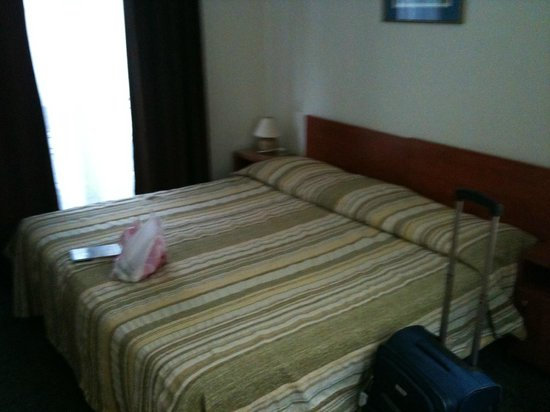 Hotel Caravelle: Bed in the room