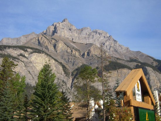 Banff Rocky Mountain Resort: Cascade Mountain, above the Rocky Mountain Resort