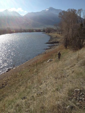 Yellowstone Valley Lodge: Morning walk down to the river from the room