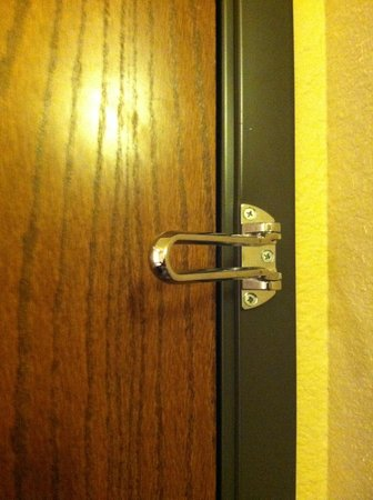 Ramada Plaza Omaha Hotel and Convention Center: Where's the rest of the security latch?