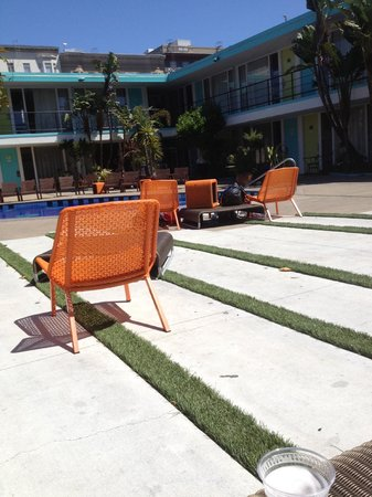 Phoenix Hotel SF: Grass strips- cool
