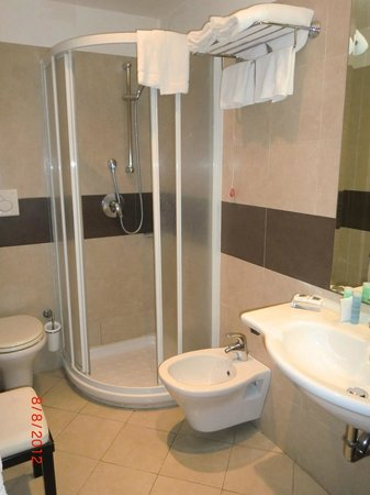 Crosti Hotel: The larger than expected bathroom with stand-up shower.