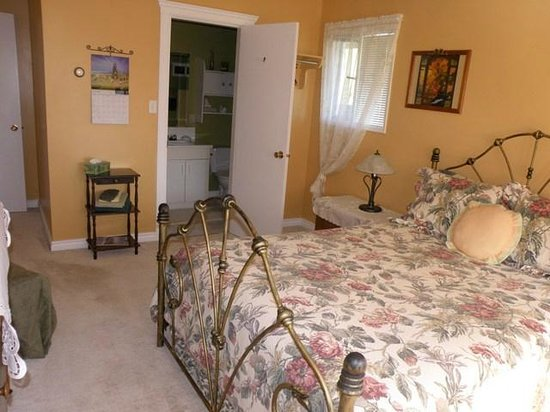 Sunny Shuswap B&B: one of our Queen sized rooms