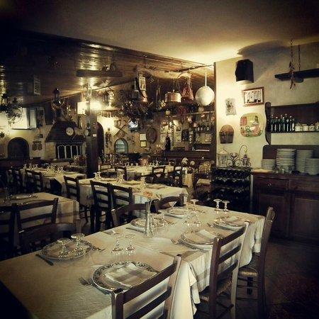 Varcaturo, Italy: Ristorante caratteristico con cucina Napoletana a menù fisso 30 euro, si mangia fino a scoppiare
