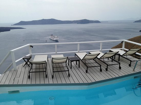 Porto Fira Suites: view from the pool at the bottom of the hotel stairs