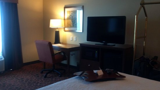 Hampton Inn Beloit: Large, clean rooms with nice high ceilings make it feel BIG