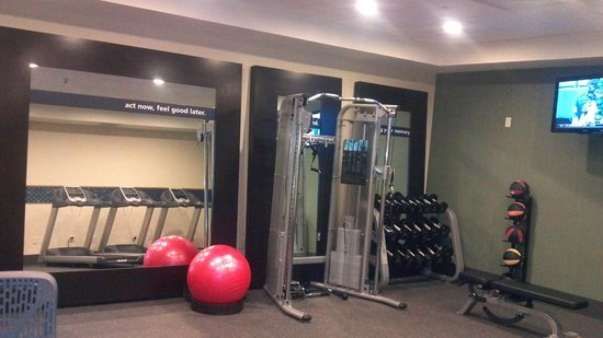 Hampton Inn Beloit: BEAUTIFUL Fitness workout area, and what do you know?  Everything WORKS!