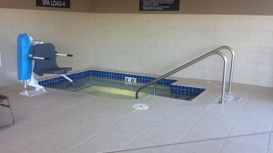 Hampton Inn Beloit: One of the BEST hotel whirpools I have used.  Clean and strong jets.