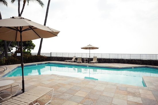Outrigger Royal Sea Cliff: Swim right by the ocean - great hot tub and pin pon tables too!