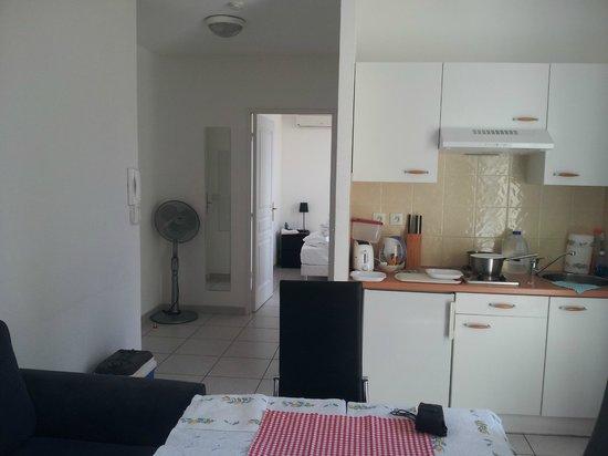 Kimi Residence: Apartment kitchenette
