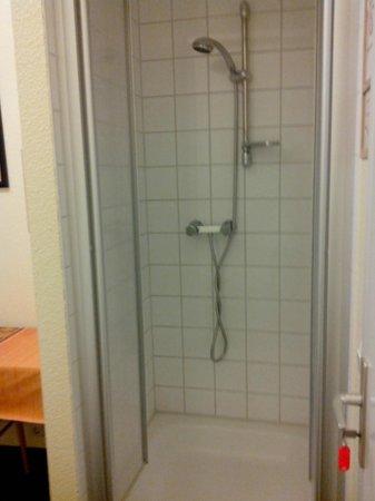 Happy Go Lucky: La douche dans la chambre