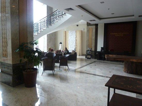 Gino Feruci Kebonjati Bandung: Hall