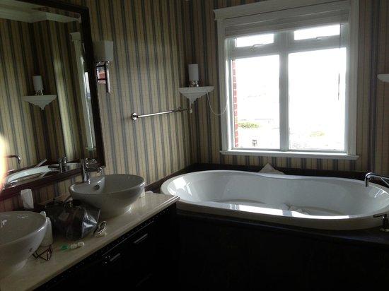 Oak Bay Beach Hotel: Bathroom