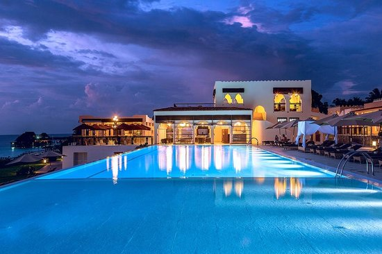 Hideaway of Nungwi Resort & Spa : Sunset Terrace and pool / pool bar night view