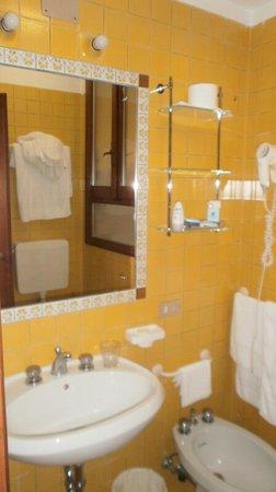 Hotel La Fenice Et Des Artistes: en suite bathroom