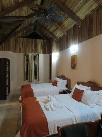 Hotel Campo Verde: Inside room. Fans!