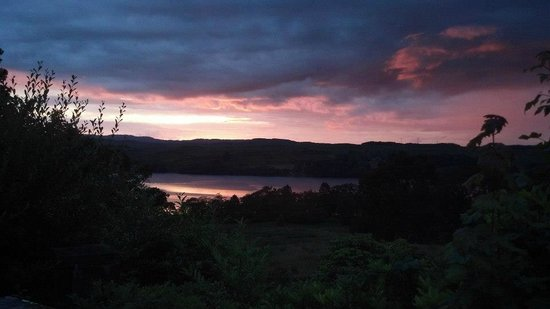 Ardbrecknish House & Self Catering Accommodation: Sunset over Loch Awe from the front of the house