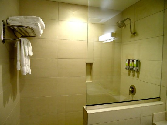 Wisconsin Union Hotel: Shower with Tommy Bahama Shampoo, Conditioner and Body Wash
